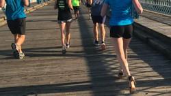 Bagi kebanyakan orang, berlari sejauh 42 km saja sudah sangat melelahkan. Wanita ini melakukannya dengan memakai sepatu hak tinggi!
