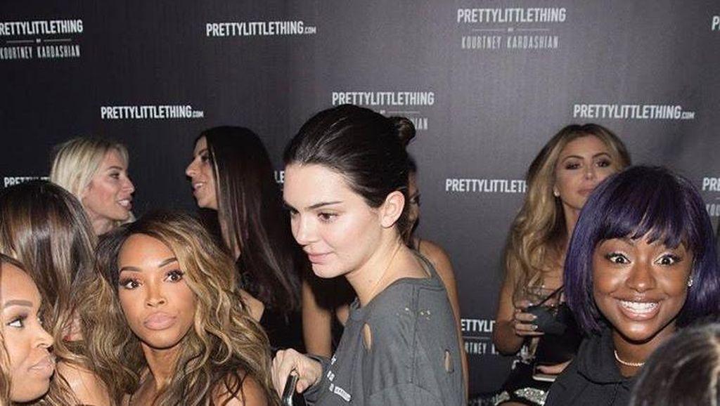 Salah Kostum, Kendall Jenner Hanya Pakai Baju Robek dan Jeans ke Pesta