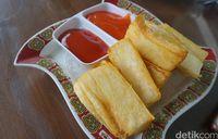 Singkong goreng dengan cocolan saus sambal.