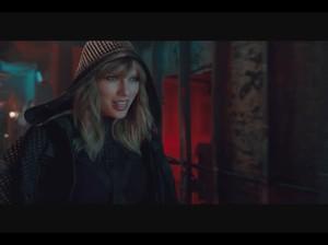 So Sweet! Taylor Swift Dapat Kado Liontin Berlian dari Kekasih