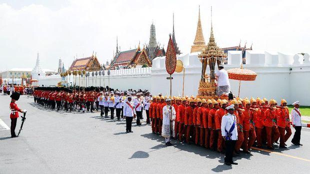 Iring-iringan yang membawa abu Raja Bhumibol ke Istana Bangkok