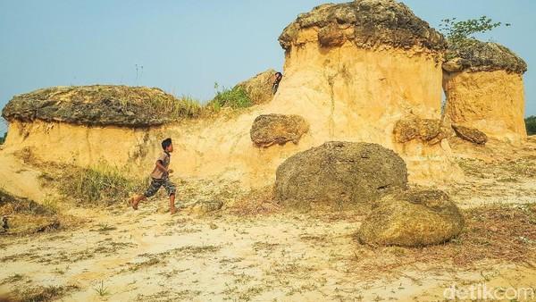 Bukit Jamur biasanya jadi spot instagramable karena memiliki fenomena alam yang unik. Disebut bukit jamur karena memang terdapat bebatuan besar yang menyerupai jamur. (Imam Wahyudiyanto/detikTravel)
