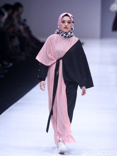 Fashion Show Zaskia Sungkar di Jakarta Fashion Week 2018