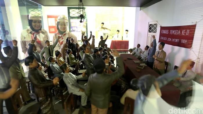 Sejumlah karyawan PT Telkom Indonesia Divisi Enterprise mendatangi Museum Sumpah Pemuda, Jakarta. Mereka datang dengan mengenakan kostum pejuang.