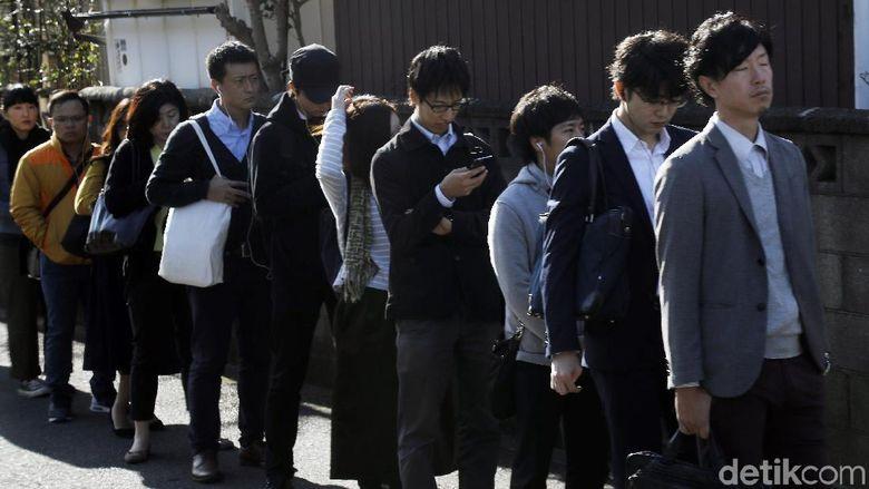 Budaya disiplin orang Jepang patut diacungi jempol. Bahkan mereka rela mengantre panjang untuk naik bus kota.