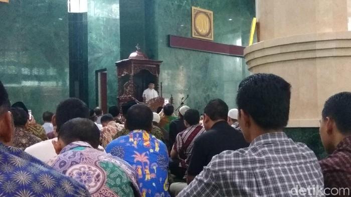 Rhoma Irama menyampaikan khotbah Jumat di Masjid Fatahillah Balai Kota DKI Jakarta.