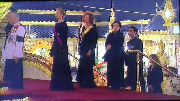 Megawati Letakkan Sandalwood Flowers di Depan Jenazah Raja Thailand