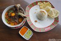Sop konro dengan paduan nasi dan sambal enak.