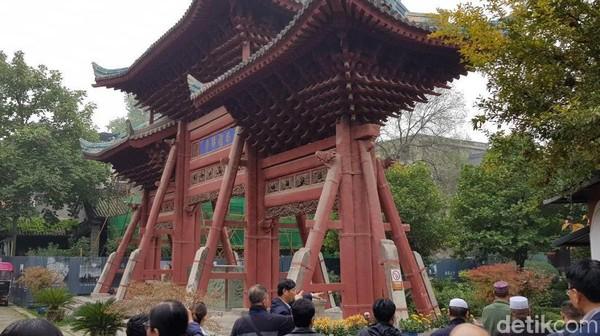 Great Mosque of Xian juga sudah berdiri cukup lama, tepatnya pada masa Dinasti Tang di tahun 742. Kaligrafi terpahat di banyak tempat termasuk gerbang masuk dan ruang salat. (Elvan Dany Sutrisno/detikTravel)