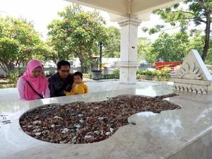 Pasutri ini Rayakan Ultah Pernikahan di Makam WR Soepratman