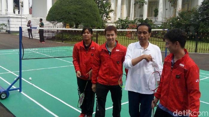 Saat Presiden Jokowi menjajal kemampuan bulutangkis di Hari Sumpah Pemuda. (Bagus Prihantoro Nugroho/detikSport)
