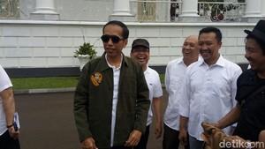 Foto: Gaya Stylish Jokowi Berkacamata Hitam dan Pakai Jaket