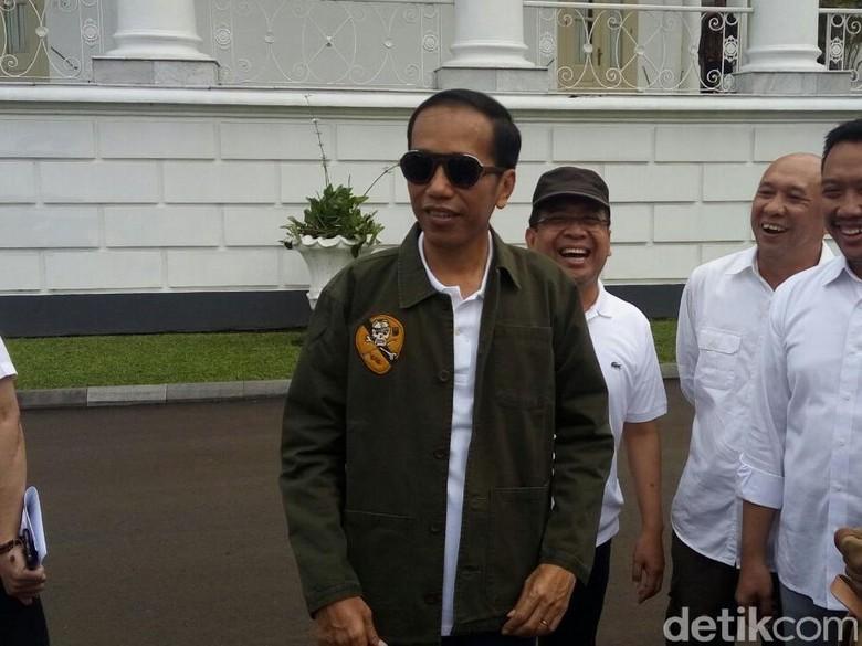 Keren! Begini Gaya Jokowi Pakai Kacamata Hitam