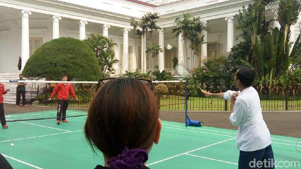 Jokowi mengawali kegiatannya di Istana Bogor dengan bermain bulu tangkis