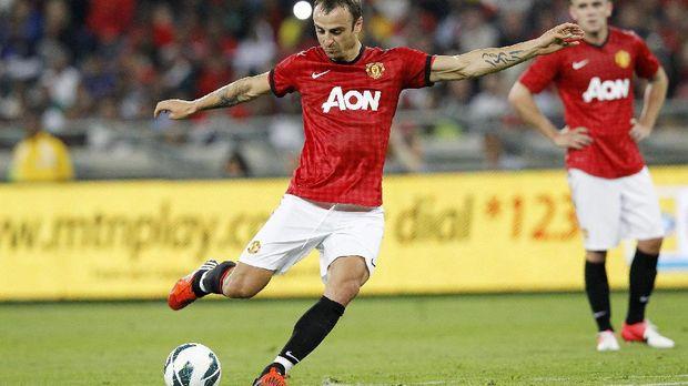 Mantan striker MU Dimitar Berbatov menilai skuat Setan Merah masih mentah. (