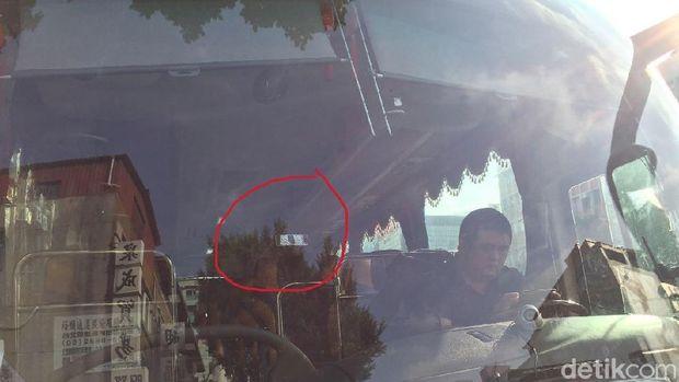 Stiker tol tertempel pada kaca mobil di Taiwan