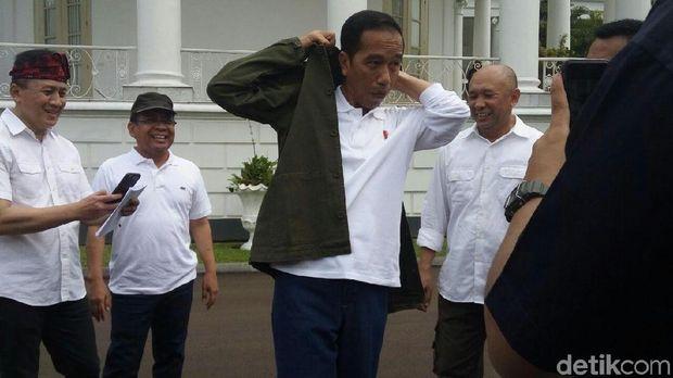Momen Jokowi Bergaya Anak Muda: Berkacamata Hitam hingga Naik Motor