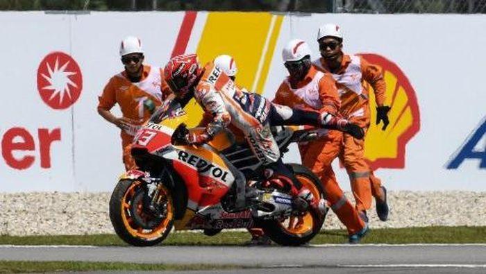 Marc Marquez usai terjatuh dalam sebuah sesi MotoGP 2017  (Foto: MOHD RASFAN/AFP)