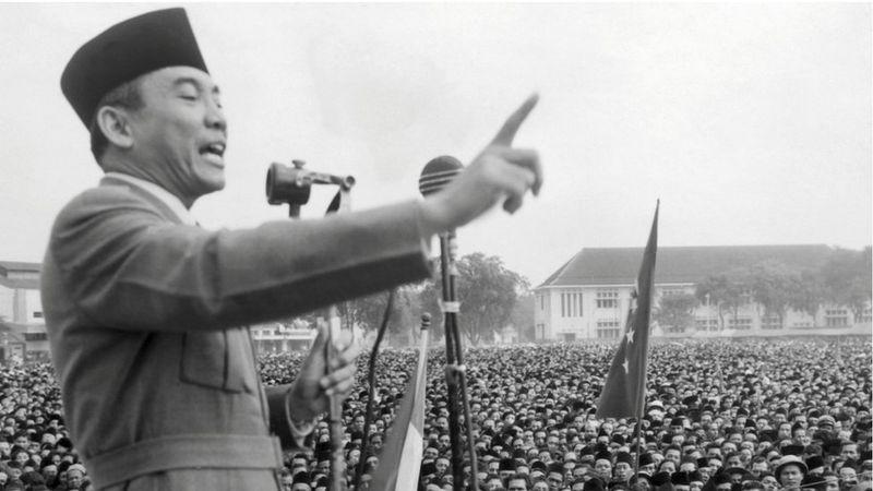 Aku Melihat Indonesia adalah puisi Sukarno yang terkenal. Di puisi itu, presiden pertama Indonesia ini menyebut beberapa destinasi di Indonesia seperti Pantai Ngliyep, Gunung Merapi, Gunung Semeru, Gunung Merbabu, Gunung Tangkuban Perahu, Batak dan Maluku (BBC World)