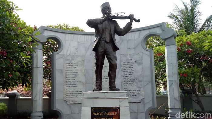 Wage Rudolf (WR) Soepratman dimakamkan di Jalan Kenjeran, Surabaya. Hingga kini komplek makam WR Soepratman sering dikunjungi orang yang ingin berwisata hingga berziarah.