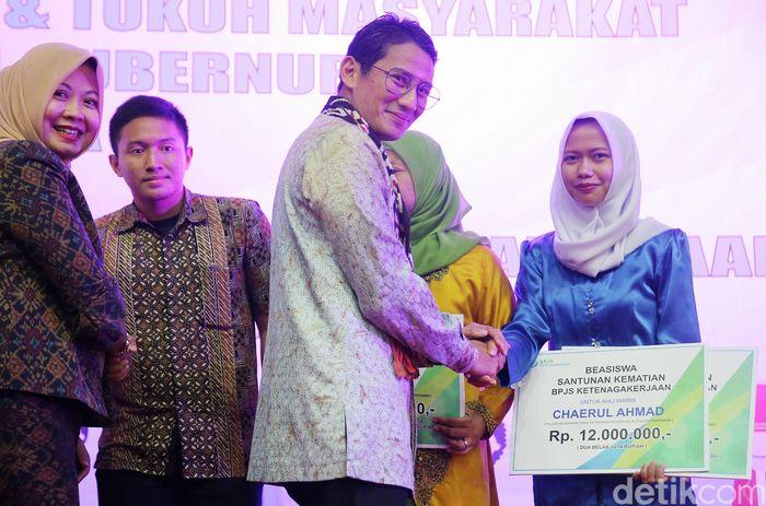 Sandiaga menyerahkan kartu santunan serta beasiswa BPJS Ketenagakerjaan di Jakarta, Sabtu (28/10/2017).