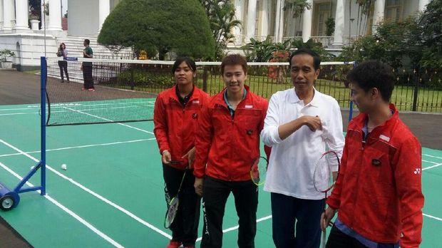 Jokowi main bulu tangkis.