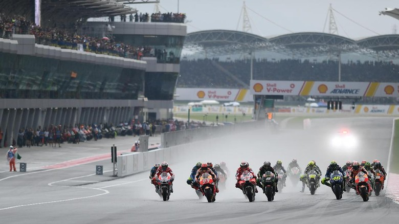 Riders compete during the Malaysia MotoGP at the Sepang International Circuit in Sepang on October 29, 2017.  / AFP PHOTO / MOHD RASFAN