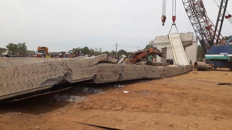 Foto-foto: Girder Beton Proyek Tol yang Ambruk di Pasuruan