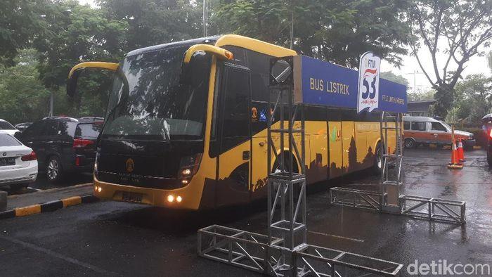 Bus listrik Universitas Indonesia (UI) dipamerkan di Lobby Timur Mal Gandaria City, Jakarta Selatan, Minggu (29/10). Bus dengan warna kuning tersebut tampak sama seperti bus-bus lainnya, hanya saja bahan bakarnya tidak menggunakan minyak (BBM), melainkan listrik.