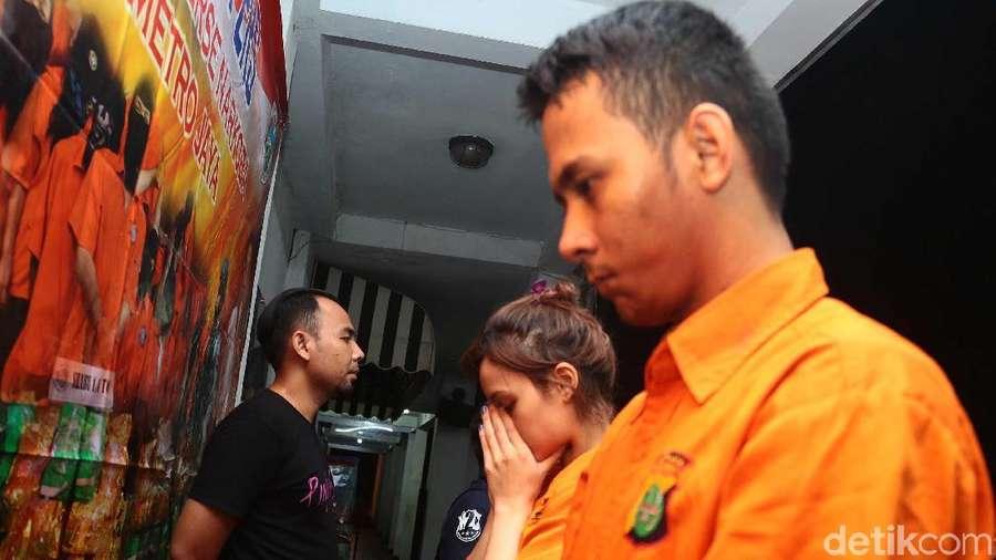 Pesan Narkoba, Ini Penampakan Artis FTV dan Pacar di Kantor Polisi