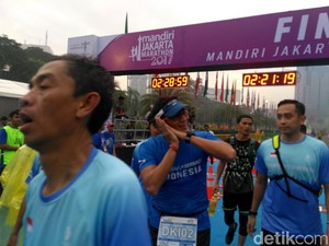 Berpeluh, Aksi Sandiaga Lari 21 Km di Jakarta Marathon 2017