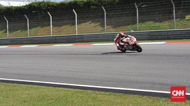 Dimas Ekky ketika menjalani latihan bebas pada Moto2 2017.