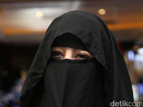 Rina Nose Menangis Ungkap Alasan Buka Hijab, Foto Mesra Pipik dan Sunu