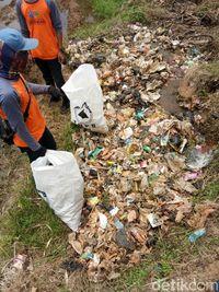 Ratusan Warga Garut Sisir Sungai Cimanuk Punguti Sampah