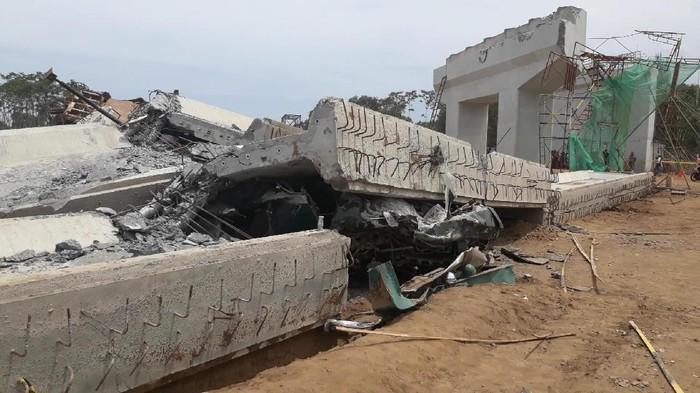 Girden beton yang menopang proyek Tol Pasuruan-Probolinggo, Jawa Timur ambruk,  Minggu (29/10).