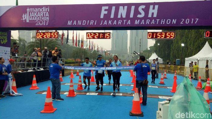 Foto: Sandiaga Uno tiba di garis finis Jakarta Marathon 2017. (Denita-detikcom)