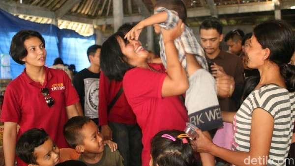 Cerita Relawan Polresta Malang Berkunjung ke Pengungsi Gunung Agung
