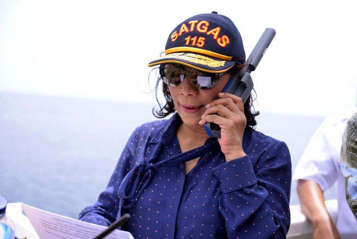 Sebanyak 17 kapal secara simbolis ditenggelamkan di perairan Natuna (10 kapal) dan Tarempa (7 kapal) hari Minggu (29/10) dan dikomandoi langsung oleh Menteri Kelautan dan Perikanan Susi Pudjiastuti selaku komandan Satgas 115 dari Kapal Pengawas Perikanan Orca 2 di perairan Selat Lampa, Kabupaten Natuna. Lilly Aprilya Pregiwati/Humas KKP.