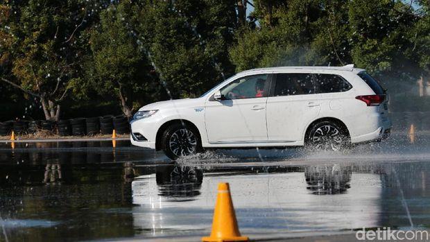Sensasi SUV Plug in Hybrid Pertama Dunia dari Mitsubishi