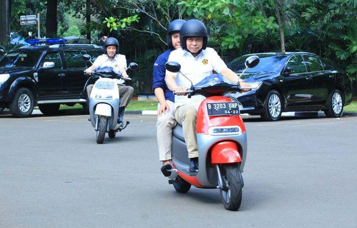 Keduanya menjajal motor listrik di halaman depan Gedung Heritage Kementerian ESDM, Jakarta Pusat. Jonan dan Arcandra pun kompak mengenakan helm berwarna hitam dan memacu motornya berputar di halaman depan Kementerian ESDM. Foto:Ignasius Jonan/Menteri ESDM