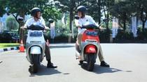 Pakai Helm Hitam, Duet Jonan Arcandra Jajal Motor Listrik