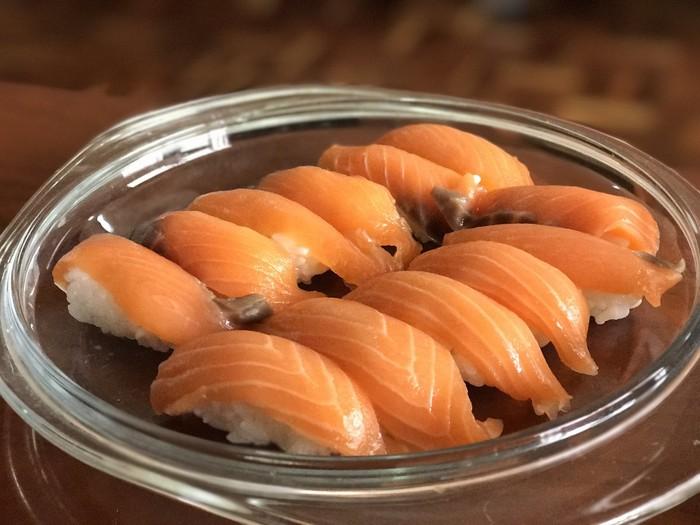 Restoran Jepang bernama Kyotaru sudah beroperasi lebih dari 60 tahun. Baru-baru ini melakukan survei terhadap 1.000 pelanggan untuk mengetahui topping mana yang paling disukai. Yang pertama ada salmon yang lembut, ternyata orang Jepang sangat suka dengan ini. Foto: Istimewa