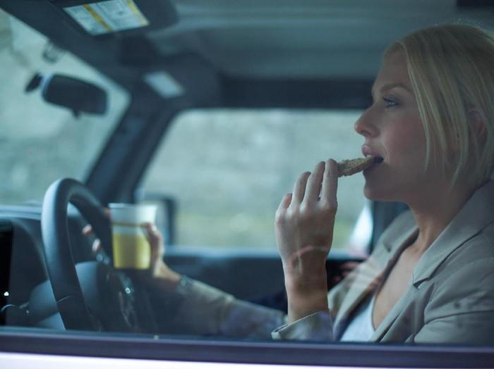 Makan saat perjalanan tidak dianjurkan karena berdampak buruk pada kesehatan/Foto: Thinkstock