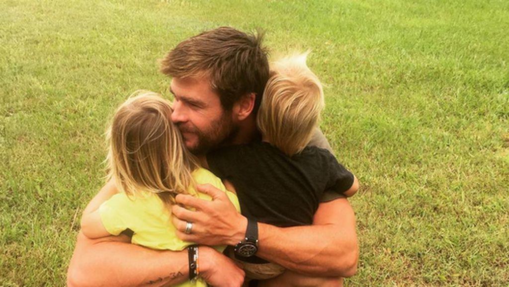 Aksi Kocak Chris Hemsworth Saat Main Lompat Tali Bareng Anaknya