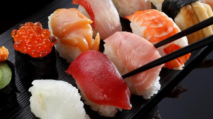 Gara-gara makan sushi dengan daging ikan mentah, pria di Korea Selatan terinfeksi dan tangannya harus diamputasi. Foto: iStock