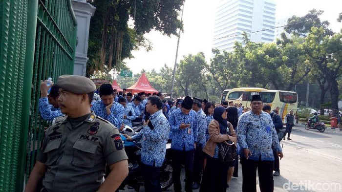 PNS DKI Jakarta terlambat mengikuti upacara peringatan Hari Sumpah Pemuda. Foto: Marlinda/detikcom