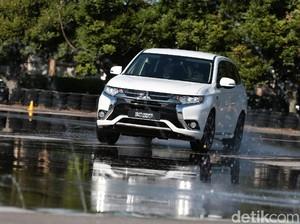Mitsubishi Serahkan 10 Mobil Listrik ke Pemerintah Indonesia