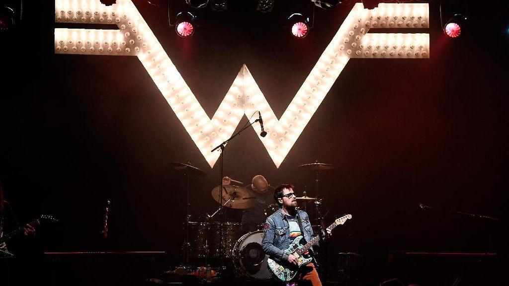 Beazer, Gabungan Weezer dan The Beatles