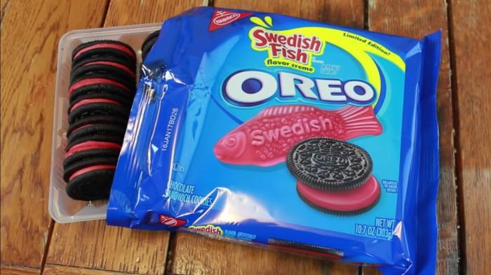 Swedish Fish Oreos ini memiliki aroma ikan swedia yang berwarna merah dalam bentuk creme. Dengan paduan aroma permen karet yang pekat, krim merah ini berpadu menjadi satu dengan biskuit cokelat yang diolah dari ikan asal Swedia. Foto: Istimewa