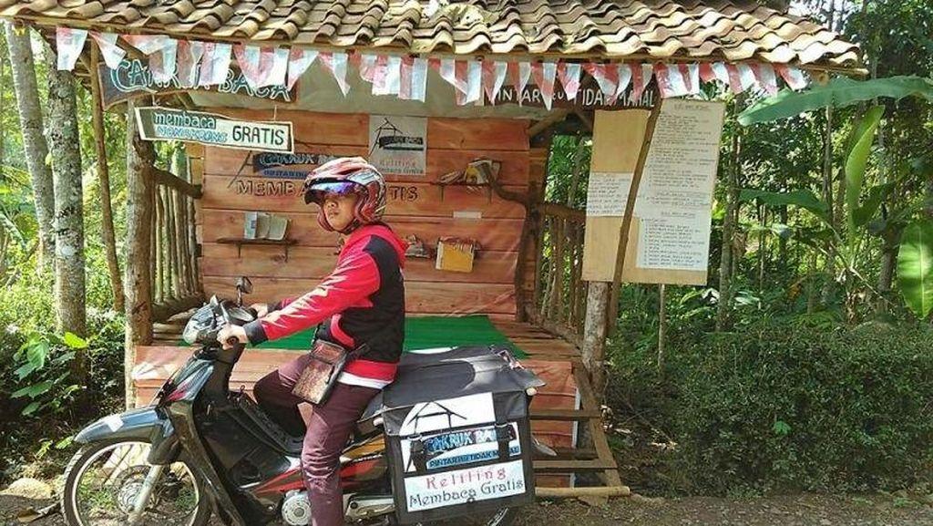 Pemuda Desa Ini Keliling Kampung Bawa Buku Bacaan Gratis